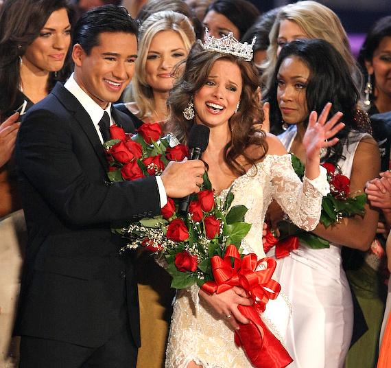 Mario Lopez with winner Katie Stam at 2009 Miss America Pageant
