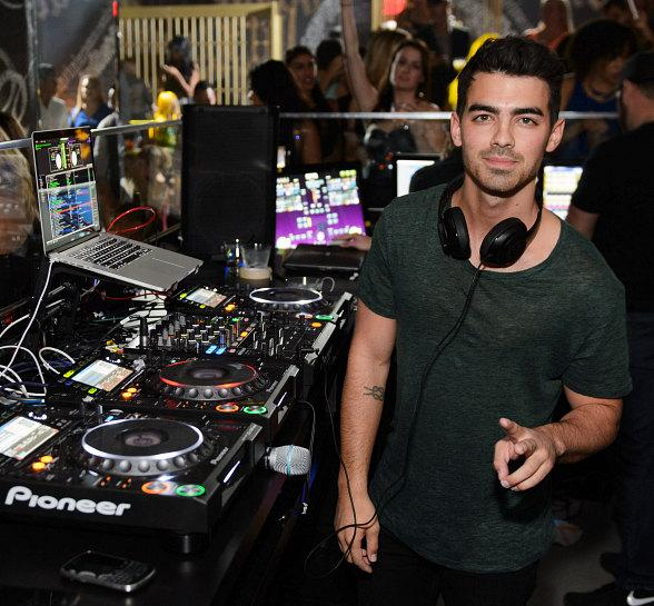 Joe Jonas Spins His First Vegas DJ Set at Foxtail Nightclub at SLS Las Vegas