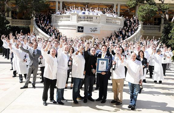 The entire group with official certificate for breaking the Guinness World Record by uncorking 300 bottles of wine simultaneously