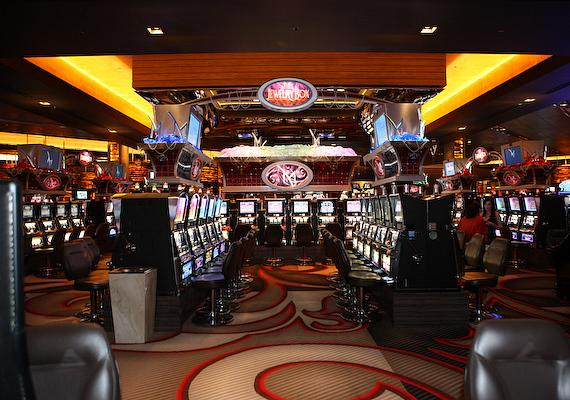 The Jewelry box randomly rewards up to $5,000 to slot players