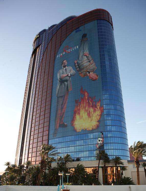 New Penn & Teller building wrap sign commemorates the duo's 35 years at the Bad Boys of Magic