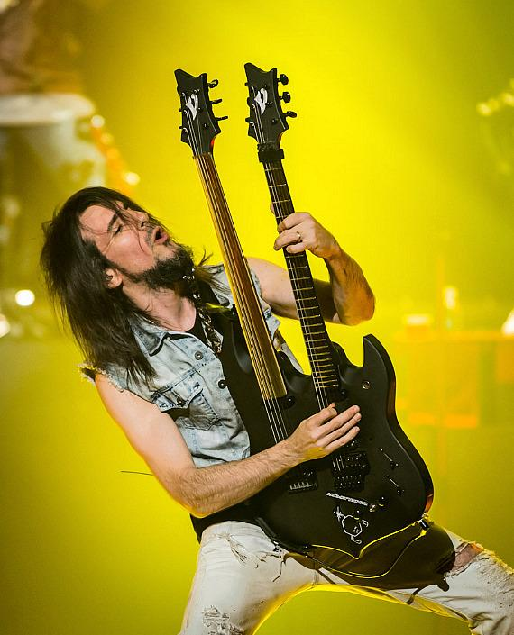 "Ron ""Bumblefoot"" Thal performs with Guns N' Roses at The Joint in Las Vegas"