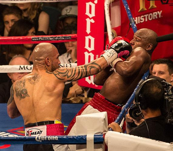 Cotto pins Mayweather on the ropes, connects with a right