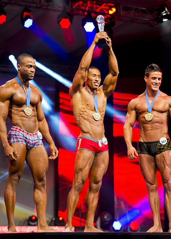 2013 WBFF Pro Muscle Model World Champion AJ Ellison (center)