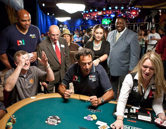 Charles Barkley looks on as Brad Garrett plays poker
