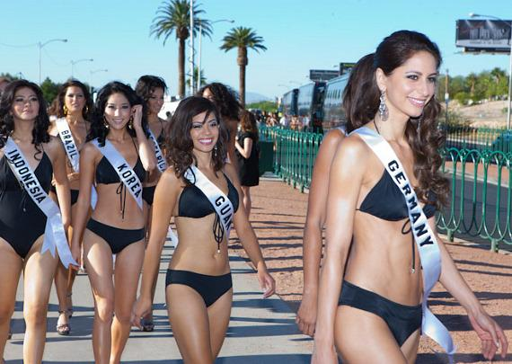 "2010 Miss Universe Contestants Pose at ""Welcome To Las Vegas"" Sign"