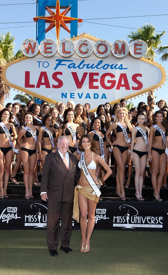 Mayor Oscar Goodman with 2010 Miss Universe Contestants and Miss Universe 2009, Stefania Fernandez
