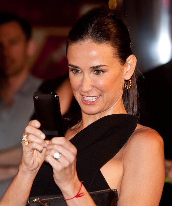 Demi Moore takes Ashton Kutcher's picture with cell phone