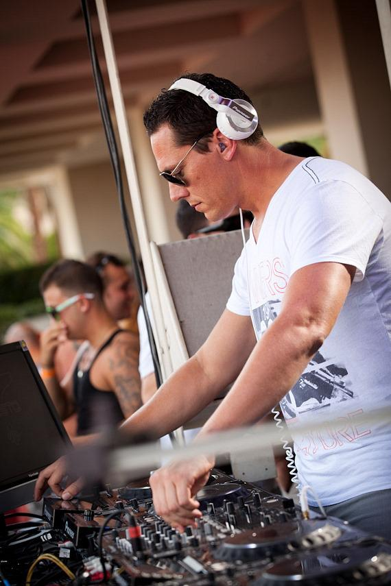 Tiesto Performs for Labor Day Weekend Crowd at Wet Republic