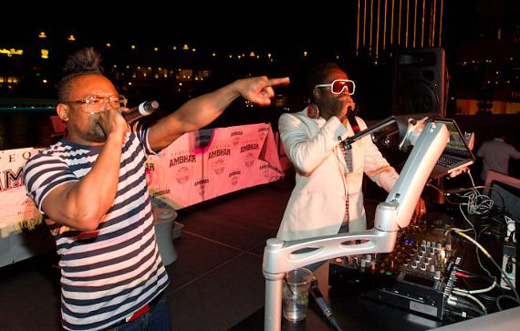 """apl.de.ap and will.i.am perform """"Rock Your Body"""""""