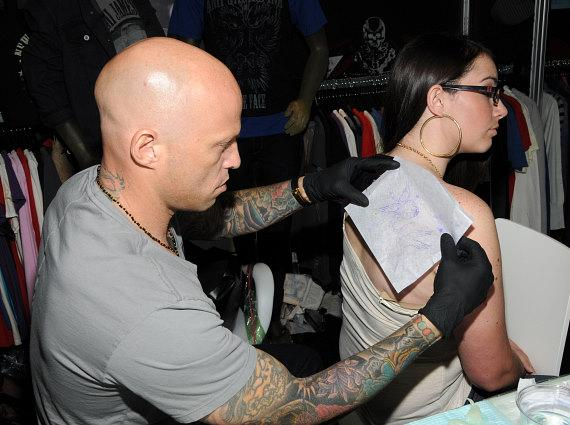 Ami James transfers the tattoo outline to Ashlyn Crone