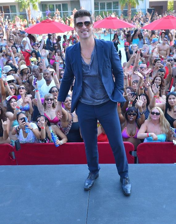 Robin Thicke poses with fans at Palms Pool
