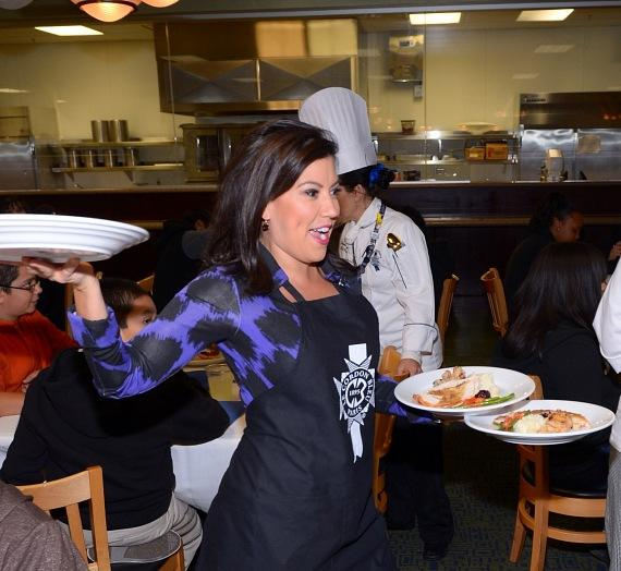 Fox 5 anchor Olivia Fierro serves Thanksgiving meals to students
