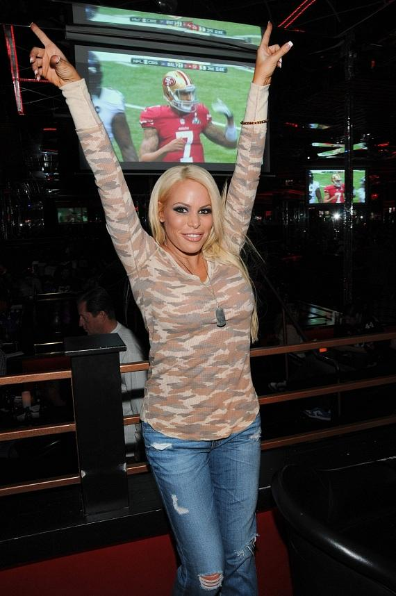Bobbi Billard shows off team spirit at Crazy Horse III