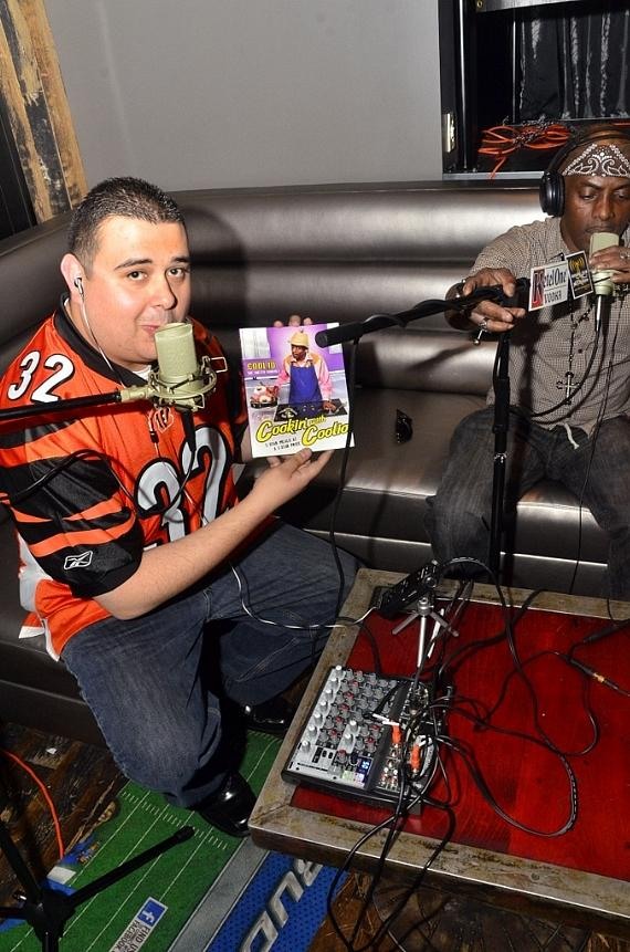 """Robert shows Coolio's new cookbook, """"Cookin' with Coolio"""""""
