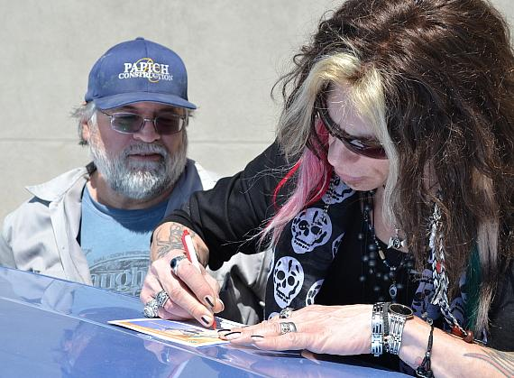 """Steven Tyler"" Tribute Artist Chris VanDahl of Legends in Concert signs autograph Goodwill donor in Las Vegas"