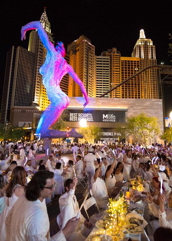more than 1 000 guests on the strip celebrate the first d ner en blanc las vegas at the park. Black Bedroom Furniture Sets. Home Design Ideas