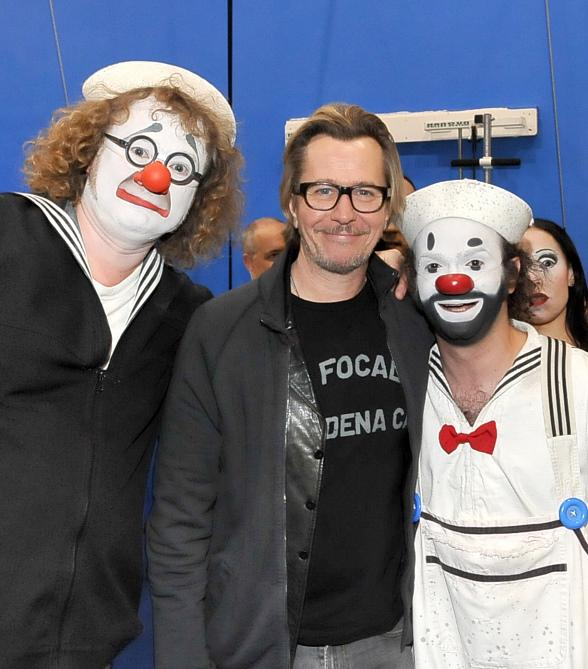 "Gary Oldman poses with the two clowns from ""O"" by Cirque du Soleil"