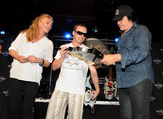 Gene Simmons presents the guitar to the winner, Alberto
