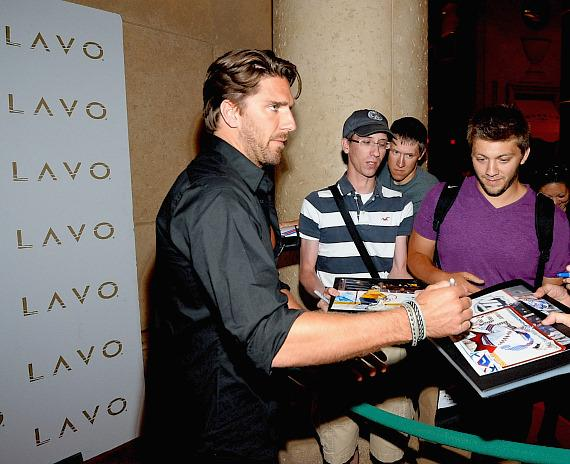 Henrik Lundqvist with fans at LAVO