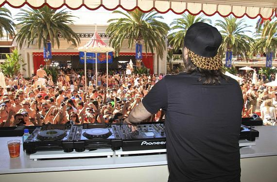 Steve Angello and the crowd at Encore Beach Club