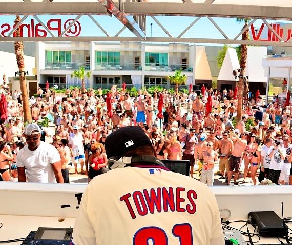 Jazzy Jeff and crowd at Palms