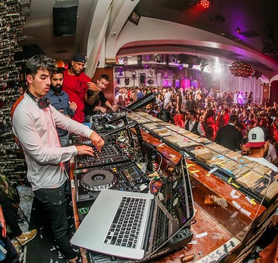 Joe Jonas takes over the DJ booth at Hyde Bellagio