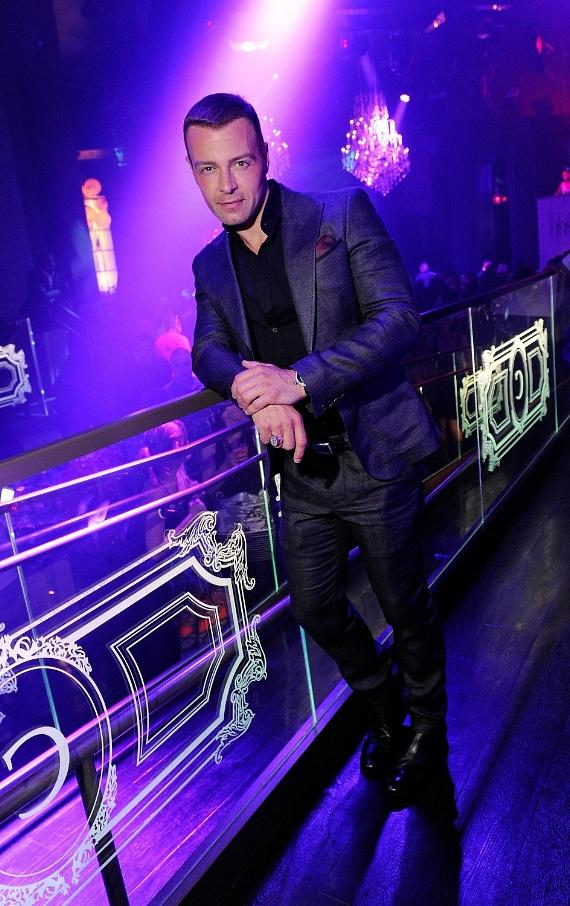 Joey Lawrence poses at his VIP table inside Chateau Nightclub & Gardens