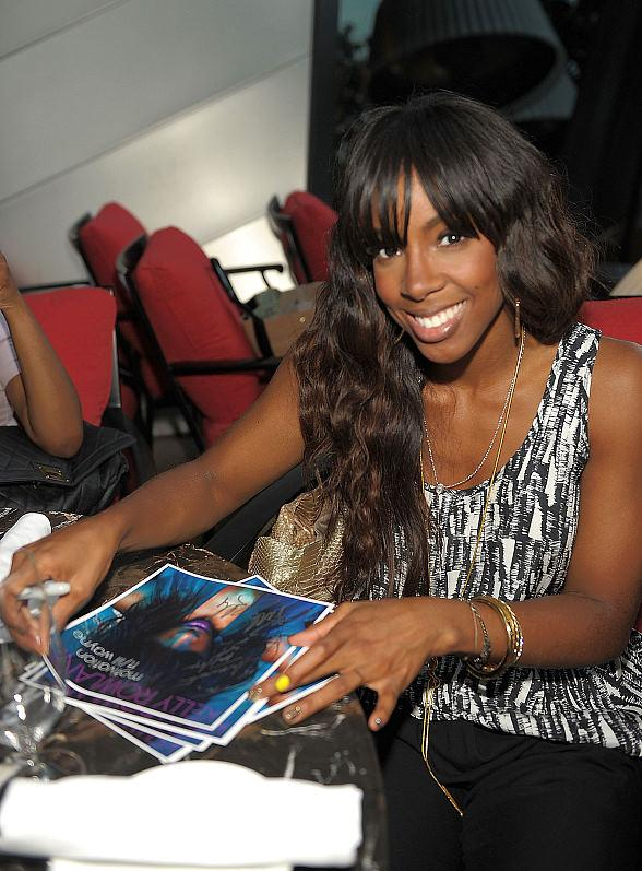 Kelly Rowland signs autographs for fans at Eva Longoria's Beso Steakhouse at Crystals CityCenter in Las Vegas