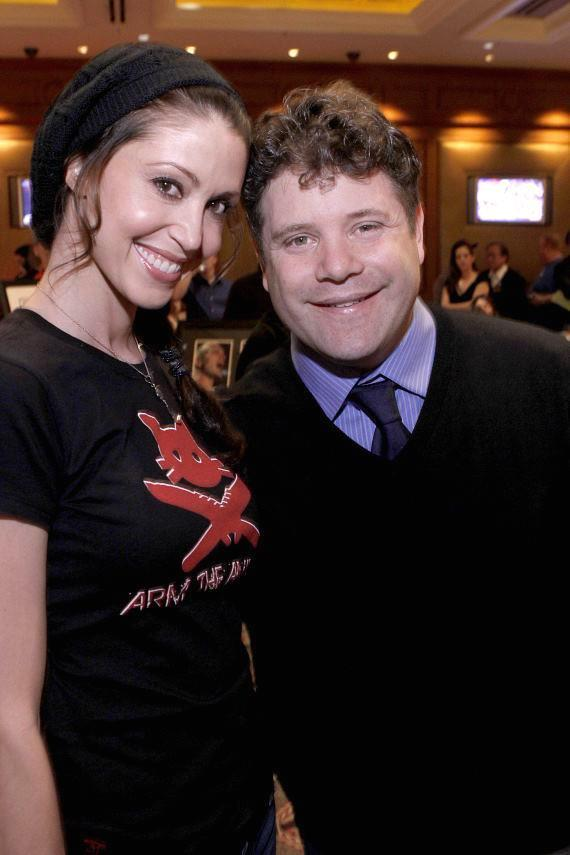 Actress Shannon Elizabeth poses with actor Sean Astin before the tournament