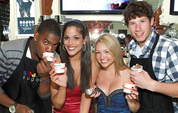 """The Real World"" cast posing with Sugar Factory ice cream"