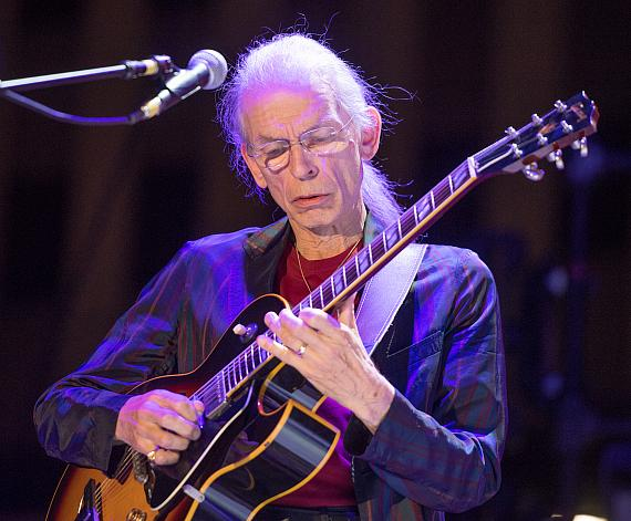Steve Howe with YES at the DLVEC