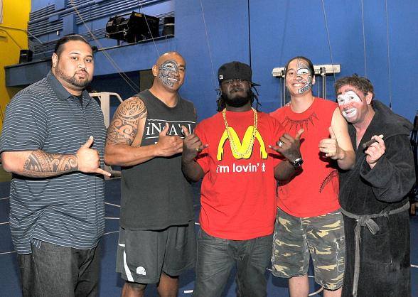 """T-Pain hangs with """"O"""" fire artists backstage after seeing the show"""
