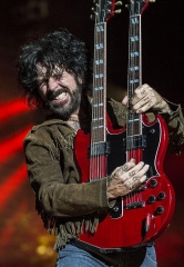 """Raiding the Rock Vault"" Announces Tracii Guns Performance Dates in October and November"