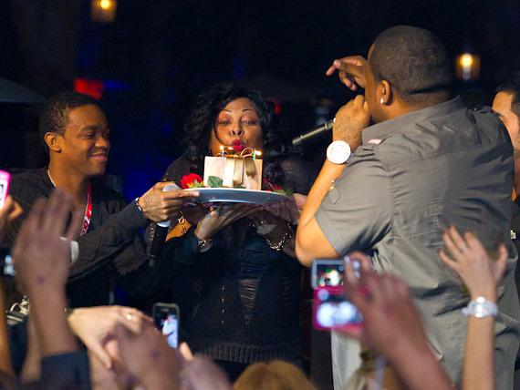 Sean Kingston and mom brings in a cake