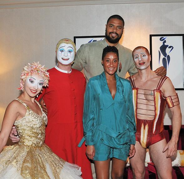 "Tyson Chandler of the New York Knicks, alongside wife Kimberly, meet artists from Cirque du Soleil's ""O"" at the Bellagio"