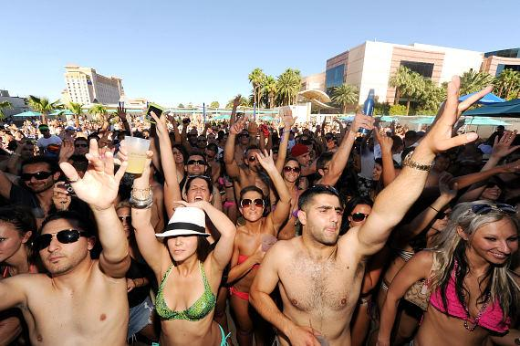 WET REPUBLIC crowd in front of DJ Booth