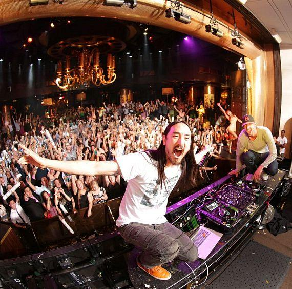 Steve Aoki and Michael Phelps with crows at XS