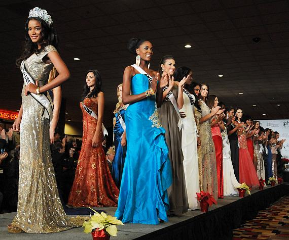 Miss Universe Leila Lopes and 2012 contestants