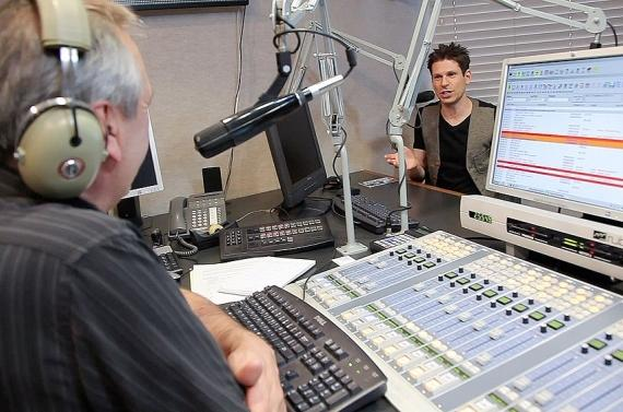 Tom Chase interviews Mike Hammer on Sunny 106.5