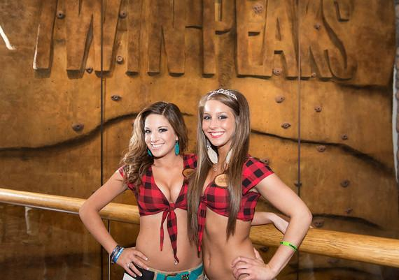 Girls at the wall at Twin Peaks
