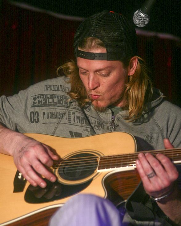 wes Scantlin, lead singer of Puddle of Mudd performing sinde Pusscat Dolls Lounge