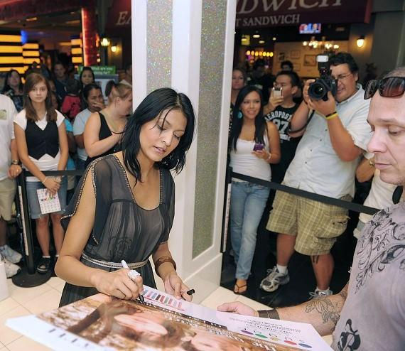 Tinsel Korey signs autographs at Sugar Factory