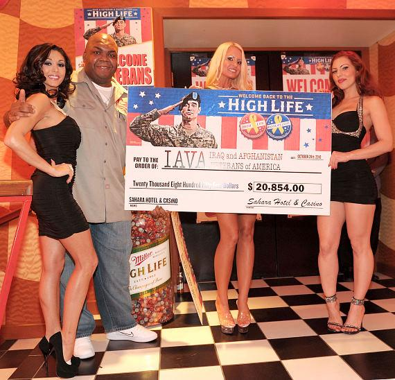 High Life deliv­ery guy Windell Middlebrooks with Sahara's contribution check