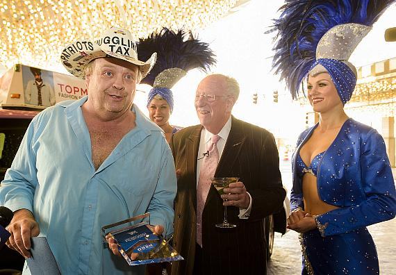 "Oscar Goodman Surprises the ""Juggling Taxi Driver"" with Hospitality Hero Award"