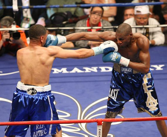 Fight action: Paul Williams vs. Winky Wright