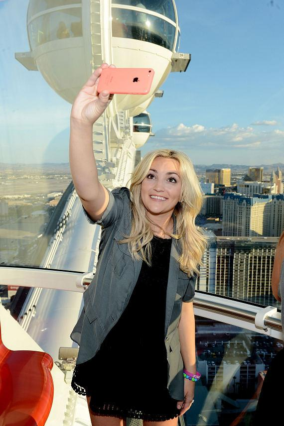 Jamie Lynn Spears takes a selfie inside the High Roller at The LINQ in Las Vegas