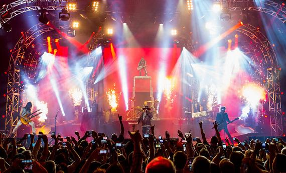 Guns N' Roses takes the stage