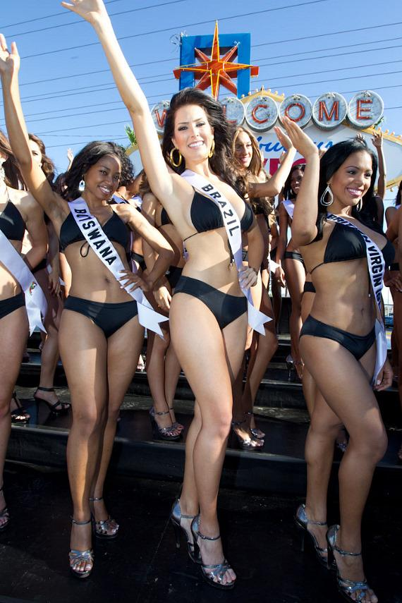 """2010 Miss Universe contestants at """"Welcome To Las Vegas"""" sign"""