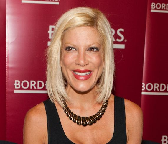 Tori Spelling at booksigning in BORDERS